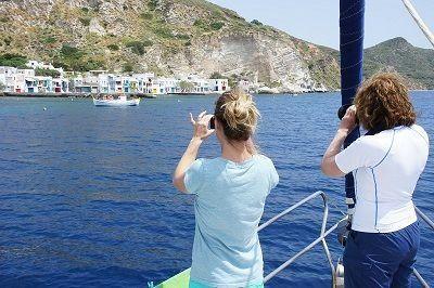 Voile dans les îles grecques - Voilier dans une crique isolée